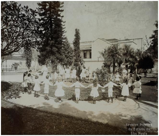 1908-ciranda-no-jardim-da-infc3a2ncia-da-escola-normal-apesp.jpg